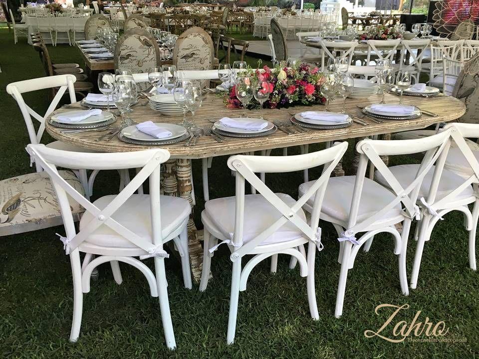 Mesa mellada ovalada con sillas cross back blancas for Sillas blancas vintage
