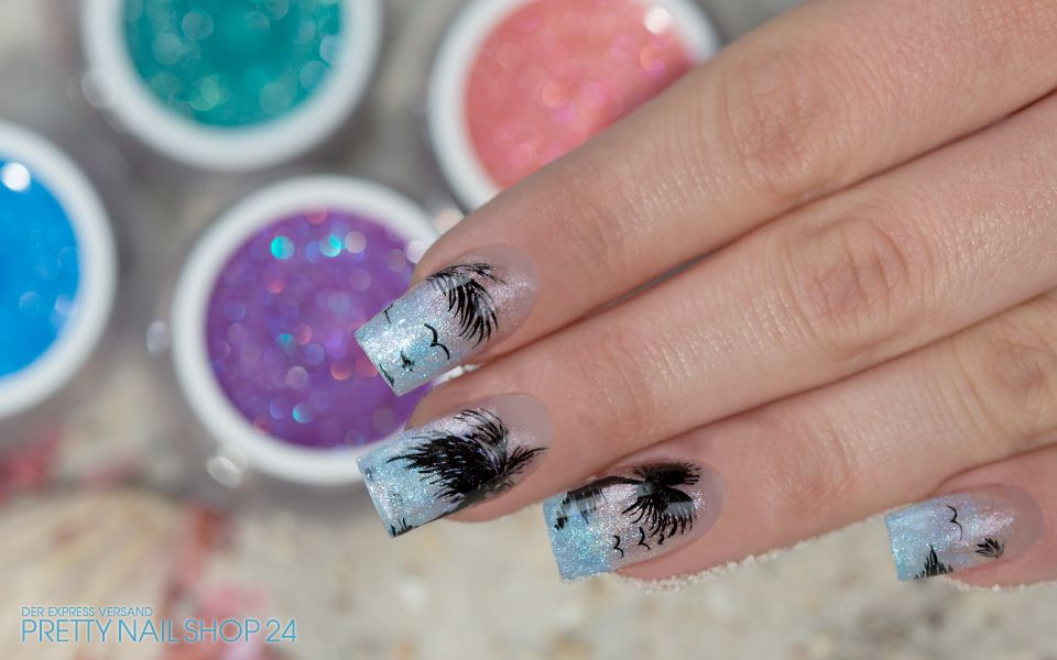 #nailart #sparkle #uvgel #nails Schillernde Sommerdesigns gelingen Euch mit den neuen sparkle Farbgelen im Handumdrehen. Hier haben wir die Nägel mit dem Farbgel sparkle blue und einigen Palmen in einen bezaubernden Südseetraum verwandelt. Seid Ihr auch schon in Urlaubsstimmung? Dann könnt Ihr das Design hier nachmachen: http://www.prettynailshop24.de/shop/nailart-sparkle-farbgele-video_376.html