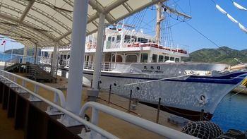 レトロな雰囲気の咸臨丸と日本丸と2種類のクルーズ船があります。デッキで感じる瀬戸内海の空気はとても気持ちいいですよ♪出港地である福良港では、地元の海産物を味わえたり、足湯や人形座もあります。