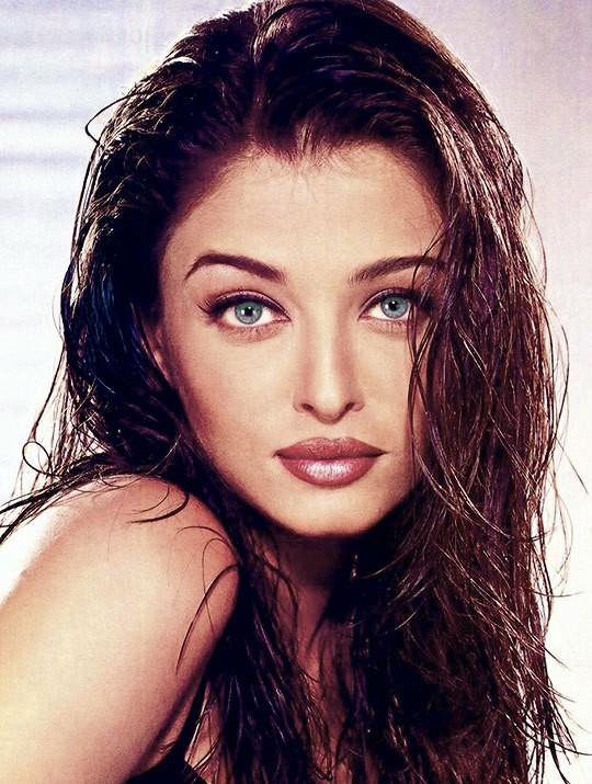 Aishwarya Rai Discovered By Amaʐ𝒆 On We Heart It Aishwarya Rai Pictures Vintage Bollywood Aishwarya Rai Photo