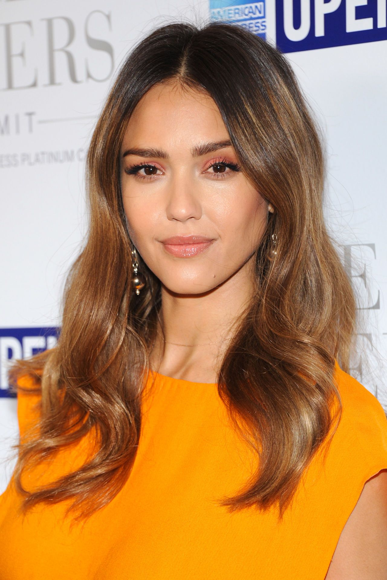 Make Like Jessica Alba And Let Dark Roots Fade Into Warm Caramel Waves