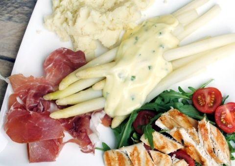 asperges met ham, aspergesaus, aardappelpuree en gegrilde kip