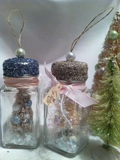 Five more days til Christmas! I want to share with you today a little ornament I made to give to friends. It's a tiny bottle brush tree...