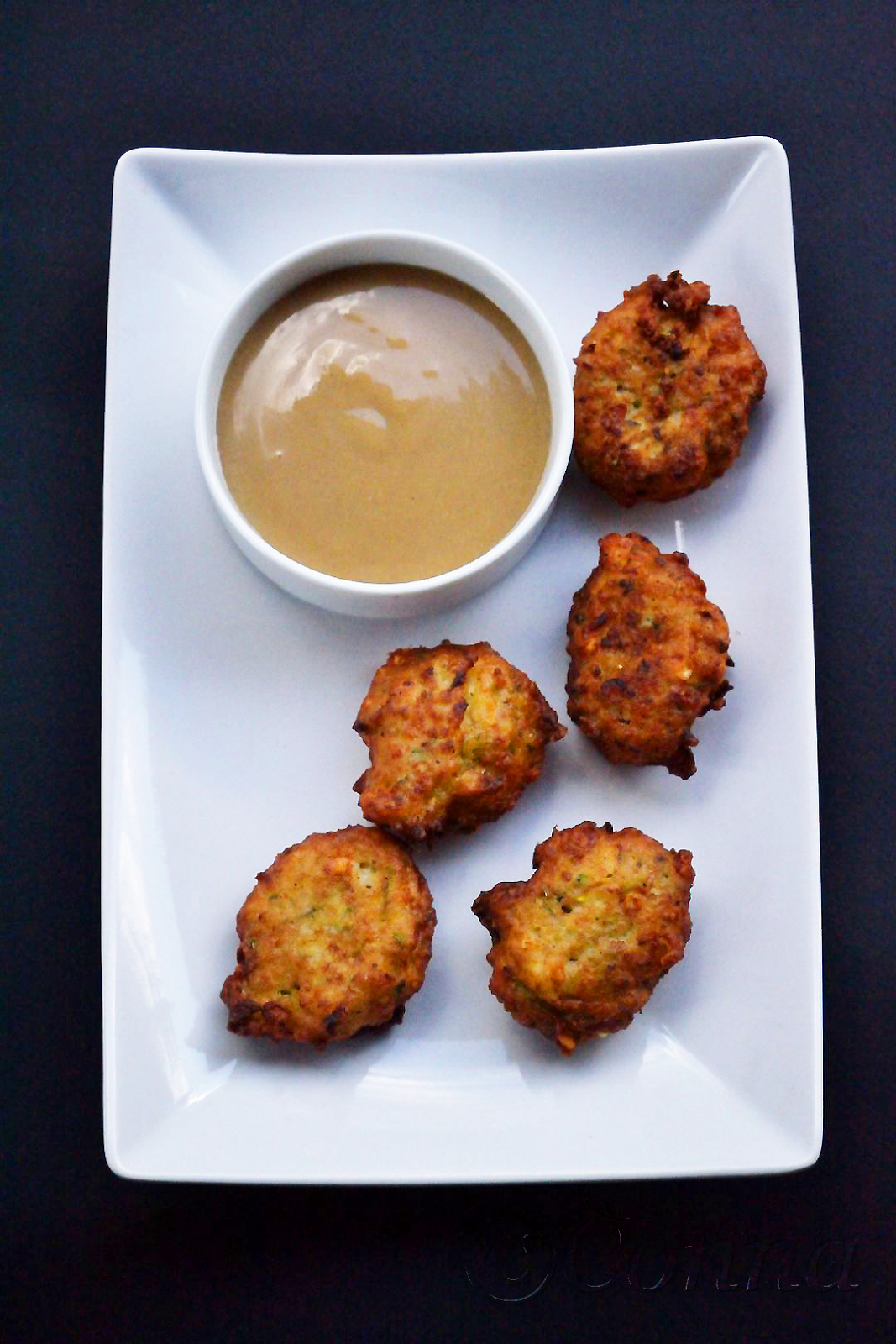Sabor: Κολοκυθοκεφτέδες & ντιπ ταχινιού / Zucchini fritters & tahini dip