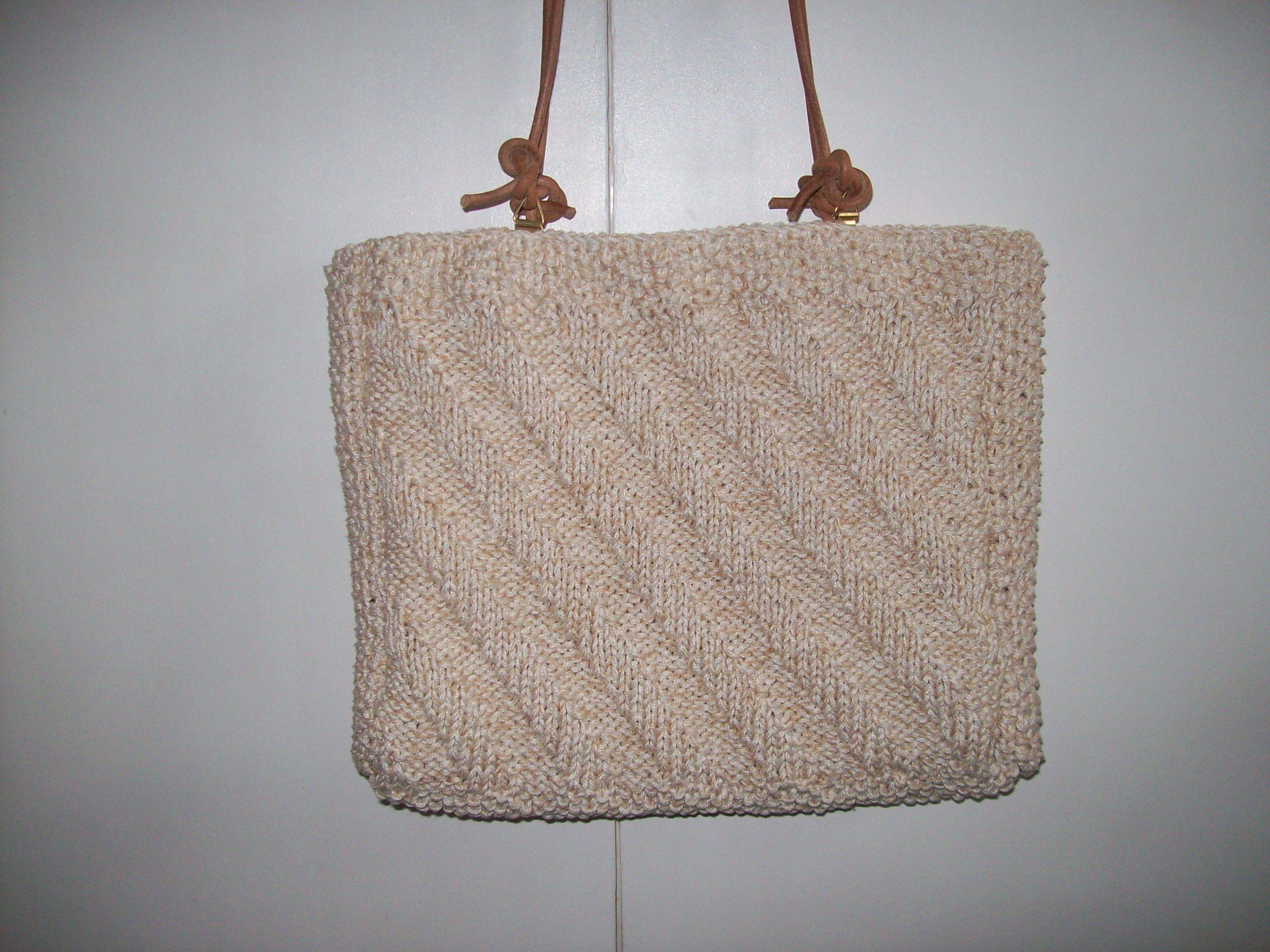 4 madejas de algodón egipcio nº 5 tejidas juntas; agujas del nº 4 y 2 m. de cordón. Bolso de verano!