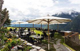Bekannt als die schönste Aussichtsterrasse des Engadins und im Sommer der beliebteste Logenplatz.