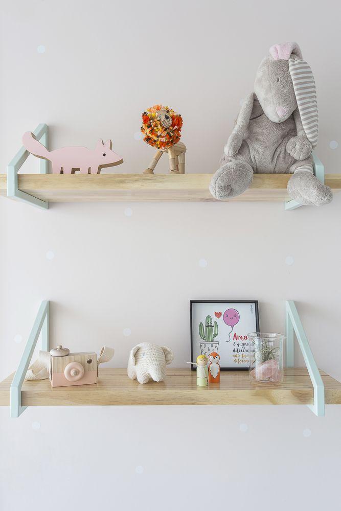 Detalhe de prateleiras deste quarto de bebê projetado pela arquiteta Karen Pisacane. As paredes receberam bolinhas de adesivo brancas
