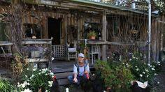 EN AUSTRALIE, UNE FEMME VIE EN AUTO SUFFISANCE DEPUIS 30 ANS.  Alors que les grandes chaînes de distribution ne cessent de nous inciter à croire que nous sommes dépendants de leur production et que l'achat définit qui nous sommes, de nombreuses personnes à travers le monde nous prouvent qu'adopter un mode de vie écologique et responsable est encore possible. Jill Redwood est l'une de ces résistantes …