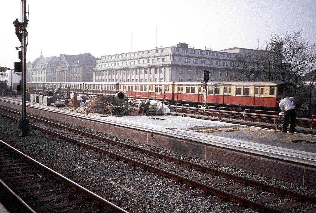 Ideal November Bahnhof Zoo Gemischter Zug aus S Bahnwagen der BVG und der DR