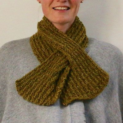 Photo of CARLSON's scarf is knitted in a granite pattern. With its practical plug-in …