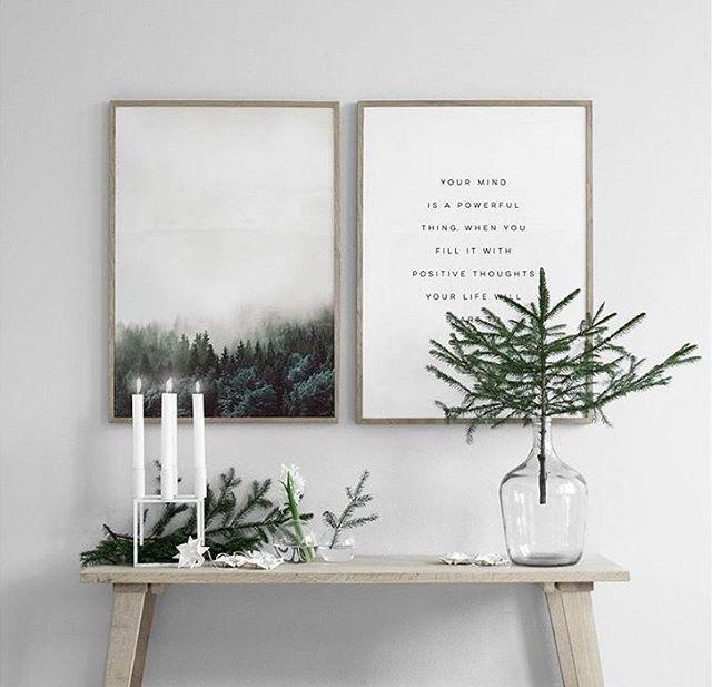 Scandinavische kerst decoratie met dennentak in vaas en minimalistische kandelaar