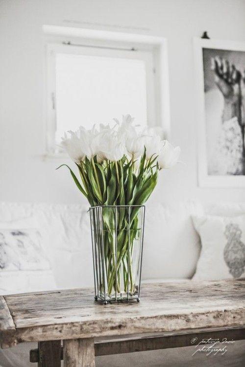Wei es interieur vintage wei e tulpen alter holztisch for Originelle zimmerpflanzen