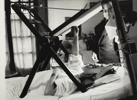 Frida painting in her bed, Anonymous, 1940.