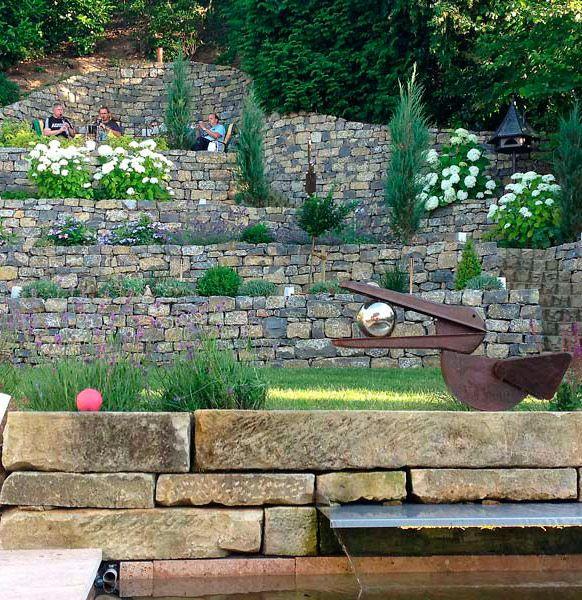 Den vorderen hang mit naturmauern und hortensien garden for Gartengestaltung mit buchs und hortensien