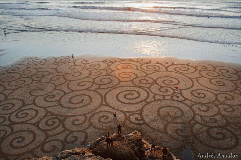 رسم لوحات سريالية على رمال الشاطئ للفنان لأندريس أمادور Artist Andres Amador San Francisco Nativeandres Amador Uses A Simple Beach Sand Art Sand Art Beach Art