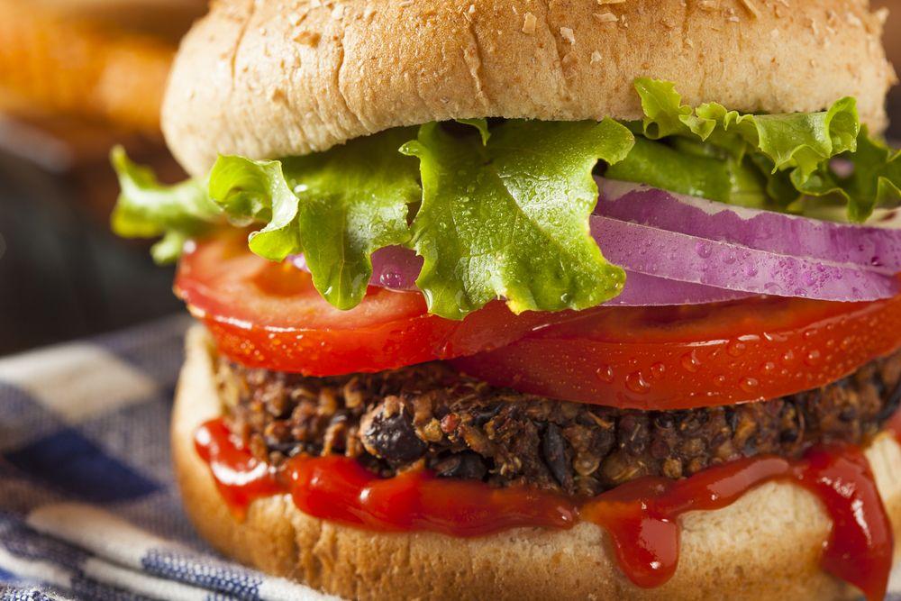 Rica y saludable receta para preparar una hamburguesa de lentejas. Esta es una deliciosa opción vegetariana para preparar una rica hamburguesa.