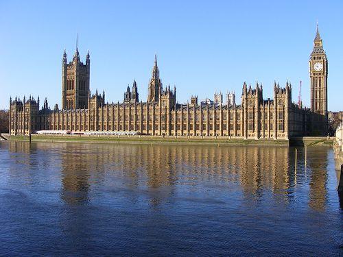 PARLAMENTO DE LONDRES Autor: August Welby Pugin. Apartir de este edificio se introduce en Inglaterra el neogótico. Es un nuevo parlamento ingles, construido en el mismo lugar en el que quedo destruido el anterior (destruido por un incendio). La fachada principal esta definida con la Torre Victoria y la cara norte del Big Ben.