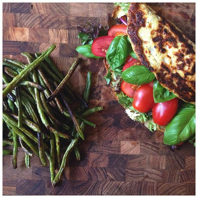 """""""Love of my life (undskyld Caspar): bønnefritter!  Og en ... ja, hvad kalder man sådan en??  Der er i hvert fald skinke, ost, salat, tomater og frisk basilikum i den  #æggedimsmedfyld #bønnefritter #æg #sundaftensmad #dinner #lunch #aftensmad #frokost #sund #sundhed #health #healthy #food #mad #sundmad #fitfood #inspiration #fit #fitness #træning #training #protein #gains #fitfam #fitfamdk"""