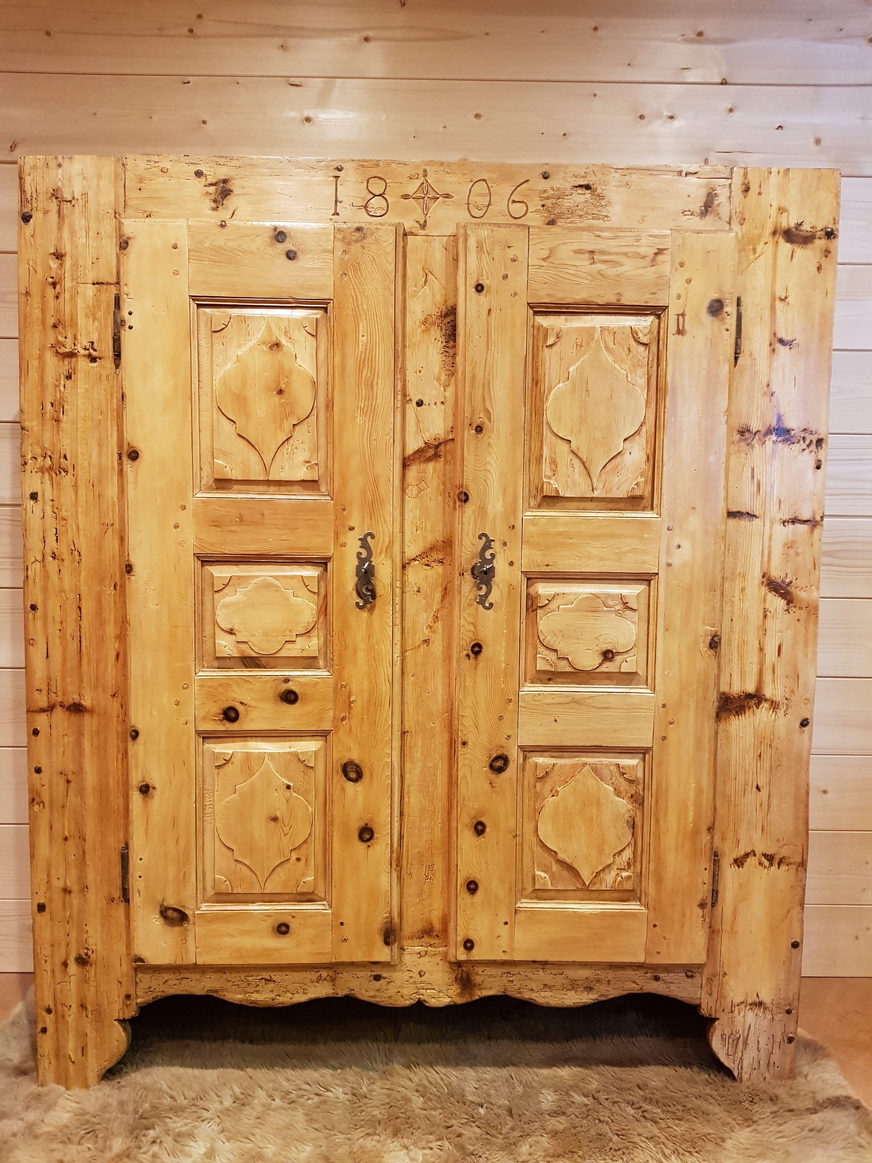 Armoire Ancienne De Bergerie Savoie Sculpte Et Date 1806 Meuble Montagnard Antiquite Montagne Armoire Ancienne Armoire Mobilier De Salon