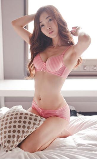 JEANINE: Asian girl panty hole