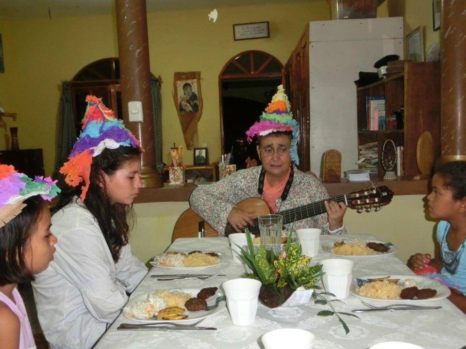 Viviendo celebración un primer cumpleaños una primera cena y  tarta