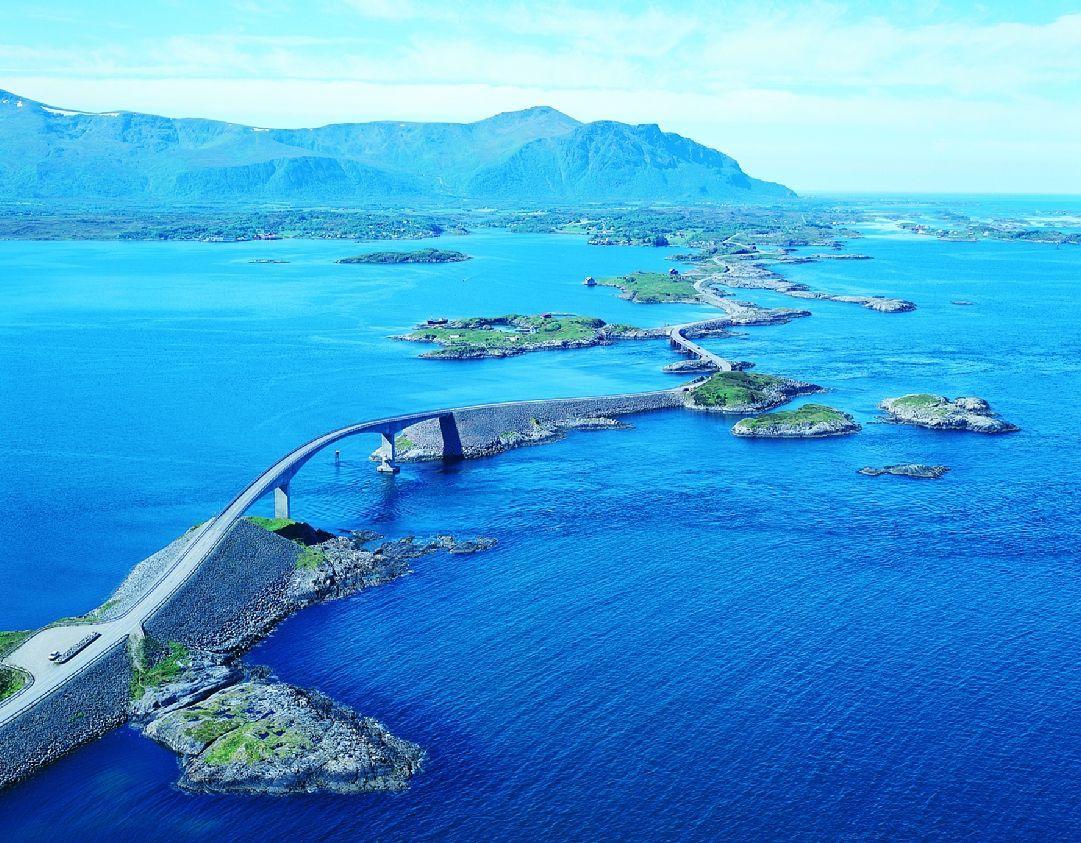 Die vermutlich schönste Autofahrt der Welt erwartet Sie auf der 8274 Meter langen Atlantikstraße in Norwegen.