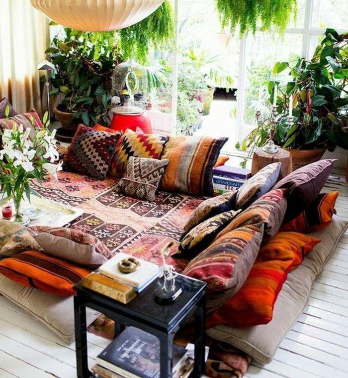 orientalische dekoration kein sofa sondern weicher teppich auf dem boden und viele bunte kissen. Black Bedroom Furniture Sets. Home Design Ideas