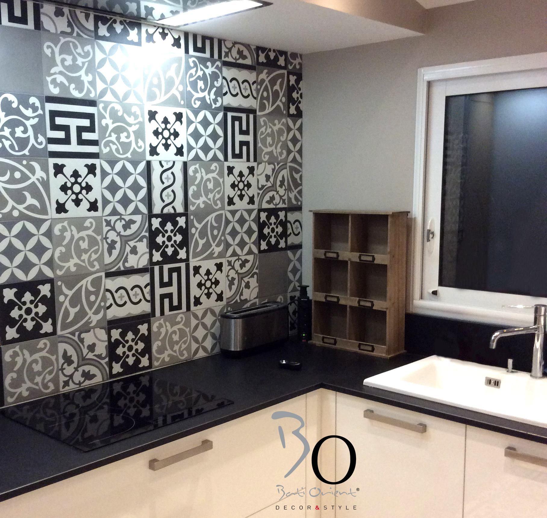 Bati orient propose pour cette cuisine ce patchwork de carreaux ciment carr - Carreaux ciment patchwork ...