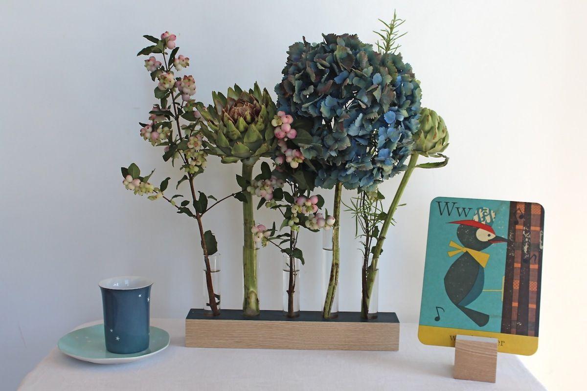 Socle en frêne massif et 5 soliflores en verre forment ce vase Dimensions : Socle 30 x 5 cm Epaisseur 3,5 cm Soliflores : 14 cm x 2,4 cm diamètre (...