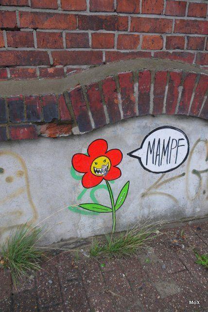 Genau hinsehen: Da ist ein Ex-OB im Maul der Blume…