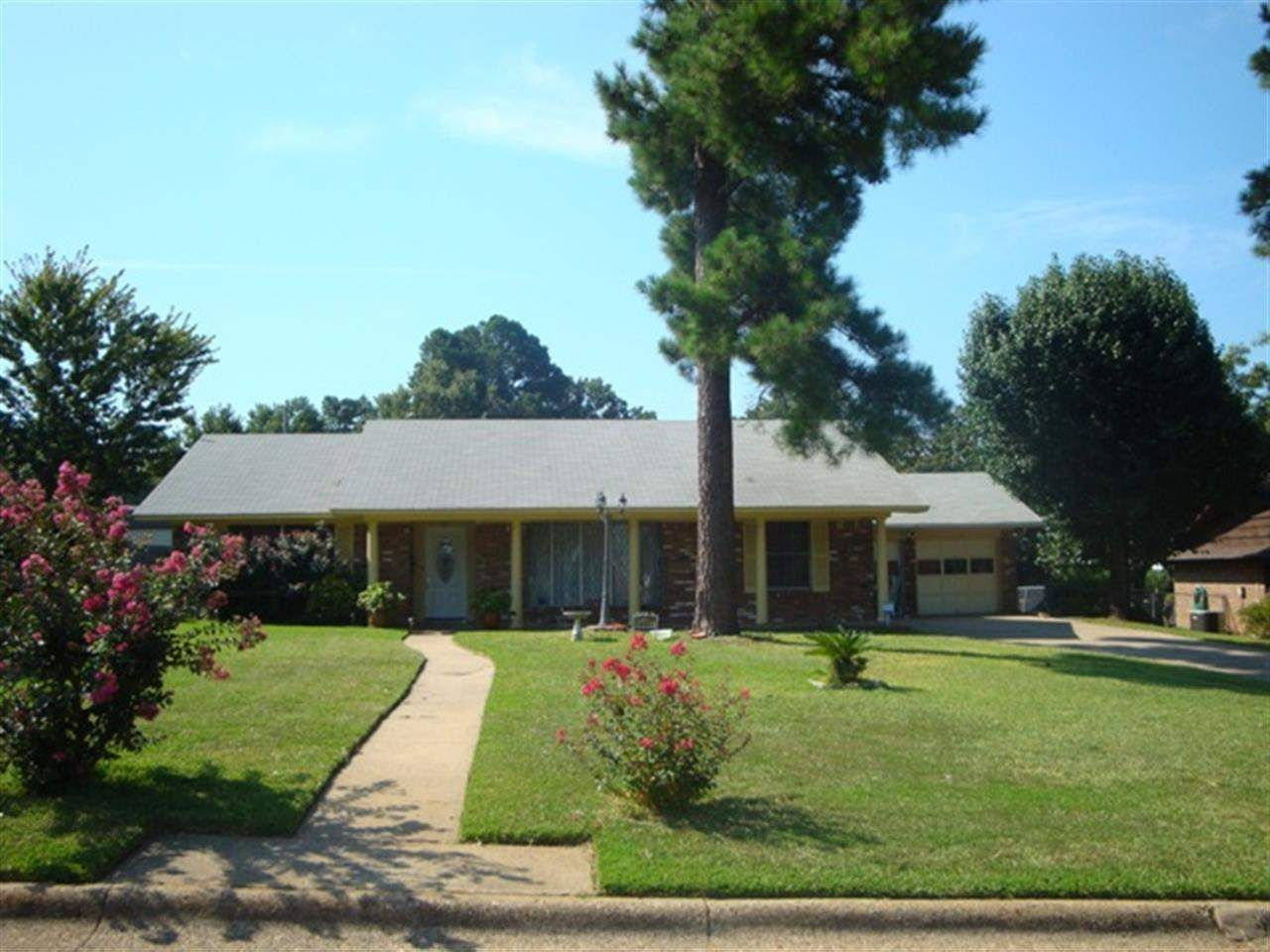 1717 S Park Rd, Texarkana TX 75503 - Nice home with three bedrooms, two baths, formal dining and breakfast area. Great fenced backyard to entertain friends. Located near shopping, dining and schools.