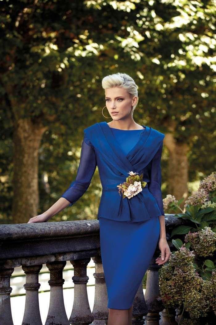 Tubino con giacca plissè Carla Ruiz - Modello blu con spilla floreale dalla  collezione di abiti da cerimonia 2017 9ee500fa2d2
