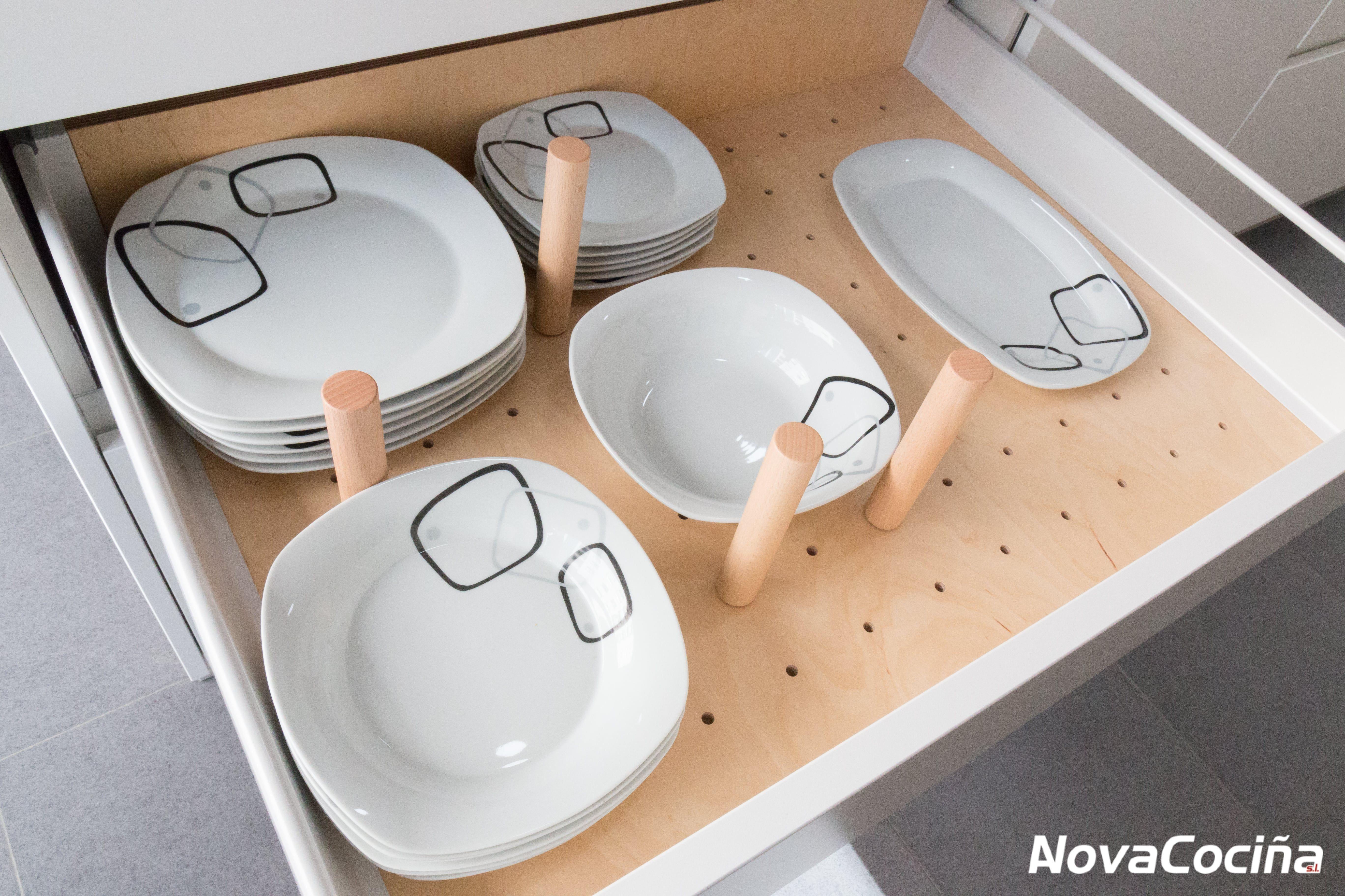Cajón con separador de platos en mueble de cocina Santos | ZONA ...