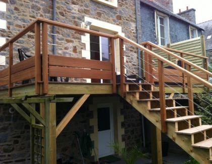 Garde-corps bois et inox pour terrasse bois - Main courante en bois - fabriquer escalier exterieur bois