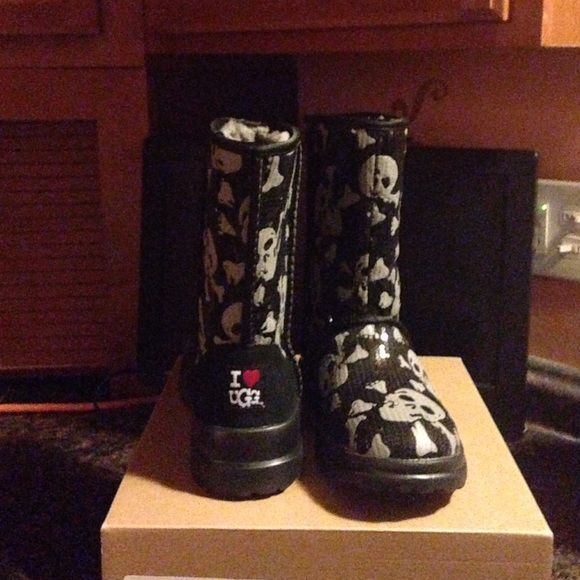 6db254430de Limited edition skull and bones uggs Skull and bones sequins ...