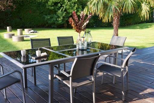 Un magnifique salon de jardin de 7 pièces avec une table en