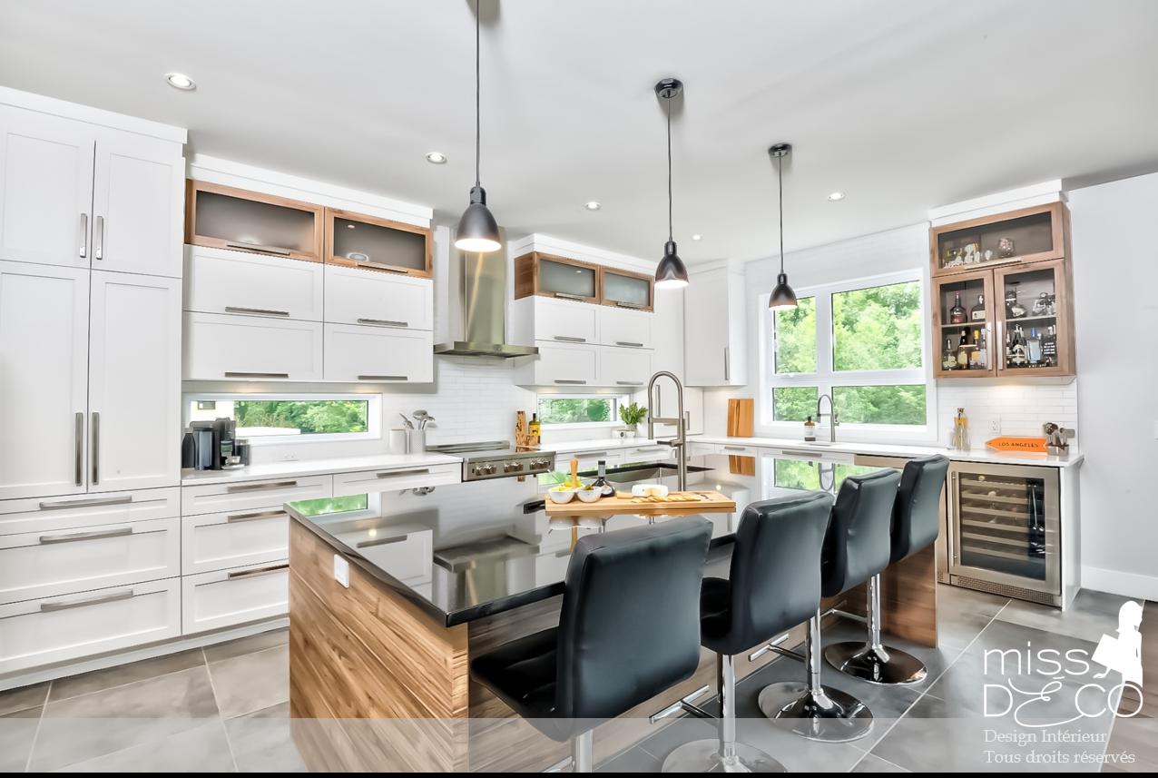 Cuisine Blanche Et Bois Portes Shaker Quartz Blanc Et Granite Noir Contemporain Moderne Indu White Modern Kitchen Contemporary Kitchen Trendy Kitchen Tile