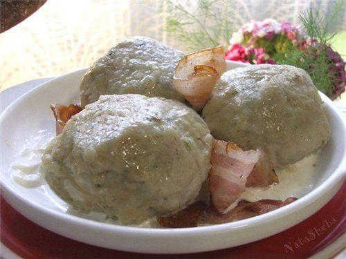 Кёнигсбергские хлебные клецки со шпиком и колбасками