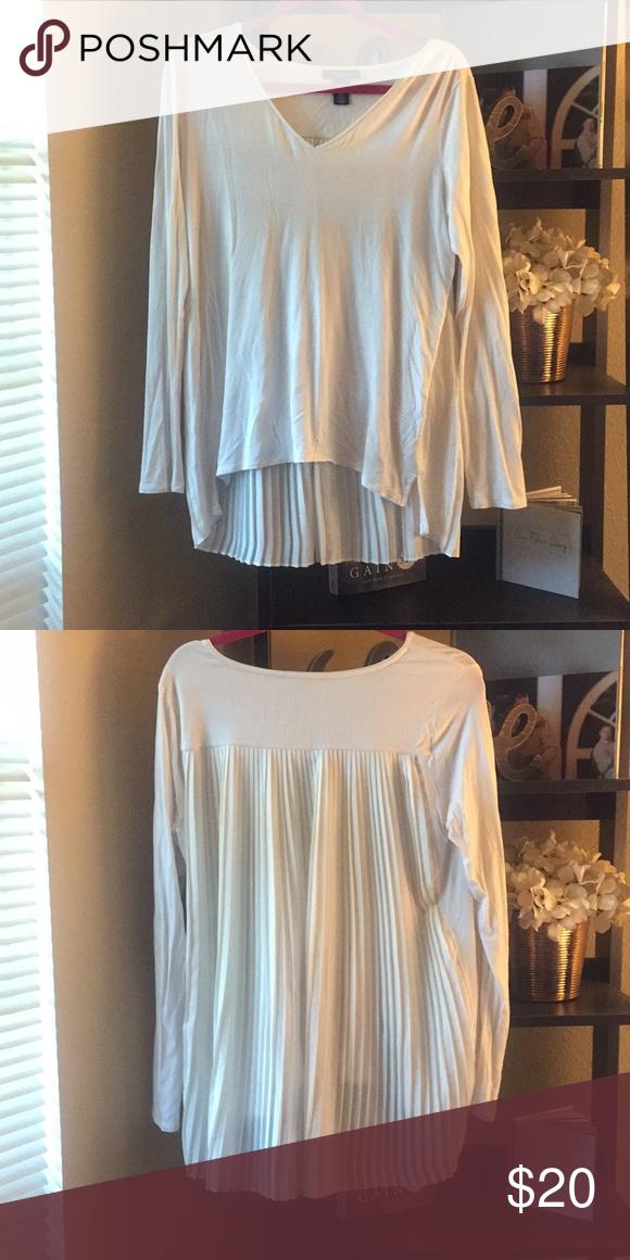88c4b1126af1 White House Black Market Long sleeve Top Super cute off white high low hem  long sleeve