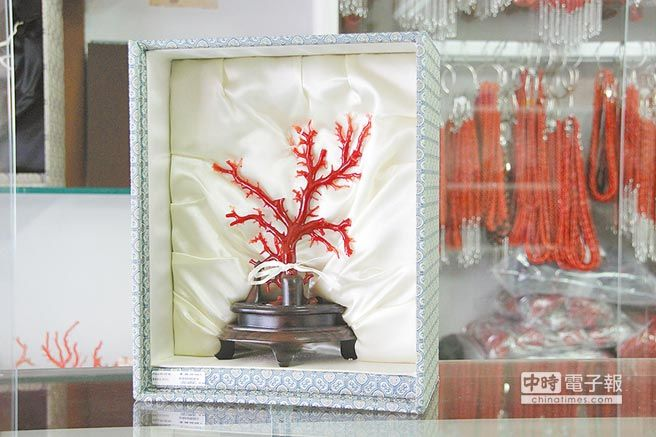 高品質的紅珊瑚奇貴,這一小株品相好的紅珊瑚定價92萬元。(本報資料照片)