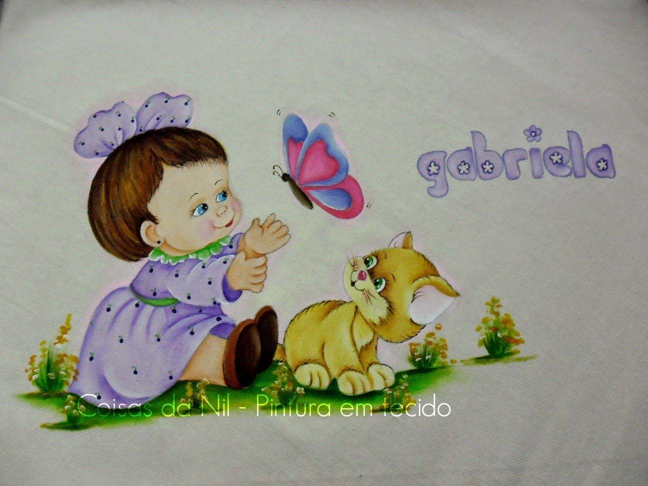 manta de flanela com pintura de menina com gato e borboleta nas cores lilás e rosa