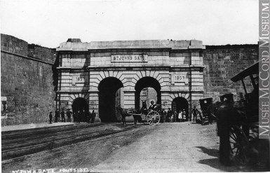 Photographie | La porte Saint-Jean vue de l'extérieur, Québec, QC, 1867 | MP-0000.259.1