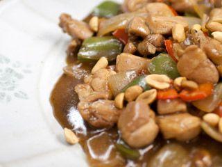 Clássico de qualquer restaurante chinês, o frango xadrez é rápido e fácil de fazer. Aprenda!