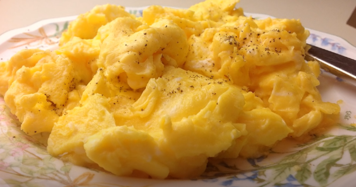 Woman Shows How To Make Perfect Fluffly Scrambled Eggs And People Are Obessed In 2020 Scrambled Eggs Recipe Breakfast Recipes Easy Scrambled Egg Recipes Healthy