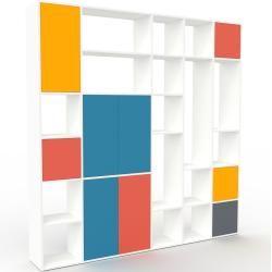 Photo of Wohnwand Weiß – Individuelle Designer-Regalwand: Türen in Rot – Hochwertige Materialien – 231 x 233