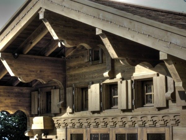 Front detailing (Swiss chalet miniature replica copy children's wooden play house playhouse fully furnished)