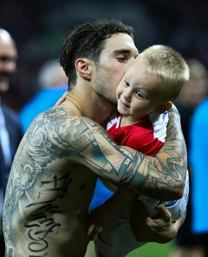 Sime Vrsaljko with Domagoj Vida's son  #simevrsaljko #vrsaljko #croatiant #croatia #worldcup2018 #worldcup