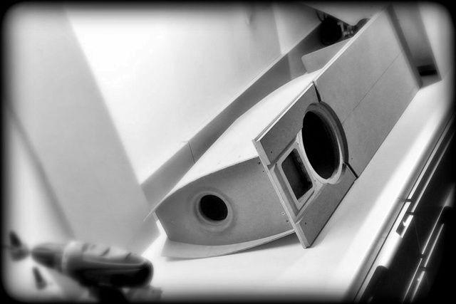 """Soviel vorweg und zugegeben: 20 Liter Atemluft für ein zierliches Tiefton-Chassis lassen sich auf jeden Fall platzsparender verpacken. Und einen Hochtöner kann man bestimmt auch weniger umständlich auf Ohrhöhe bringen. Richtig. Und sechs oder sieben zu einer schönen """"Box"""" verleimte Bretter klingen bestimmt genauso gut, sind aber erheblich schneller fertig als dieses Projekt."""