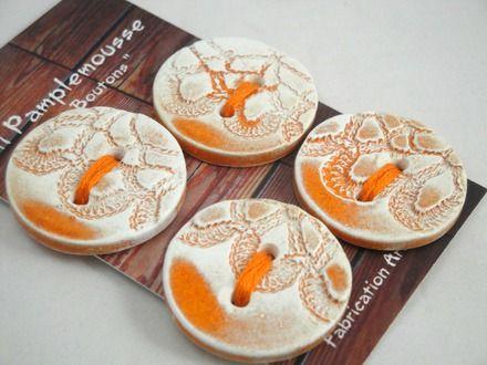"""Carte de 4 boutons """"motif dentelle"""" en faïence. Ils sont fabriqués et émaillés par mes soins, dans mon atelier. Tous les boutons """"Lili pamplemousse"""" sont façonnés, imprimés  - 8973406"""