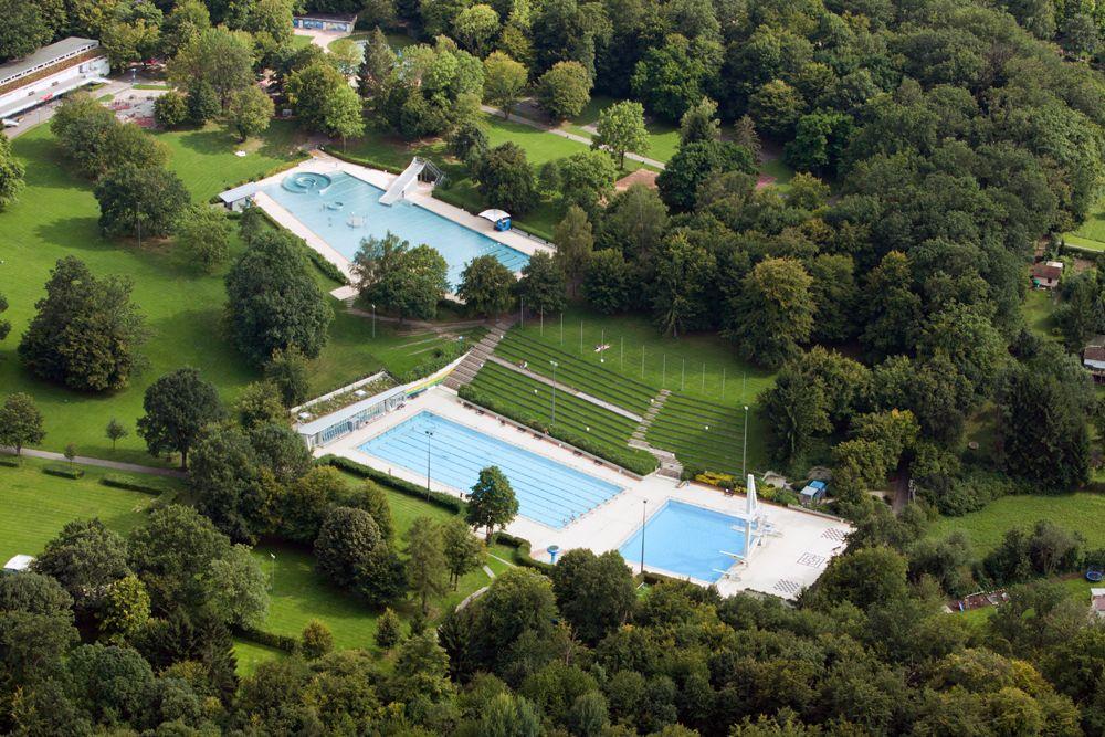 Das Badezentrum Sindelfingen bietet das einzige überdachte 50m Sportschwimmbecken sowie das größte Freibad für naturnahe Erholung in der Region Stuttgart. #Badezentrum #Sindelfingen #Stuttgart #Freibad
